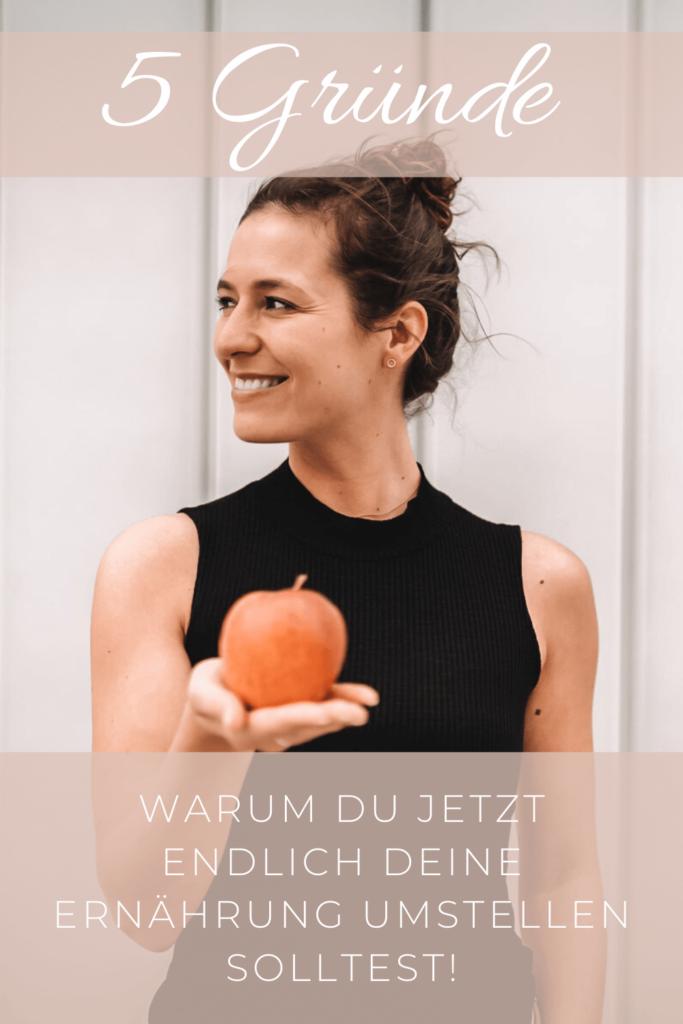 Frau mit Apfel in der Hand starte deine Ernährungsumstellung
