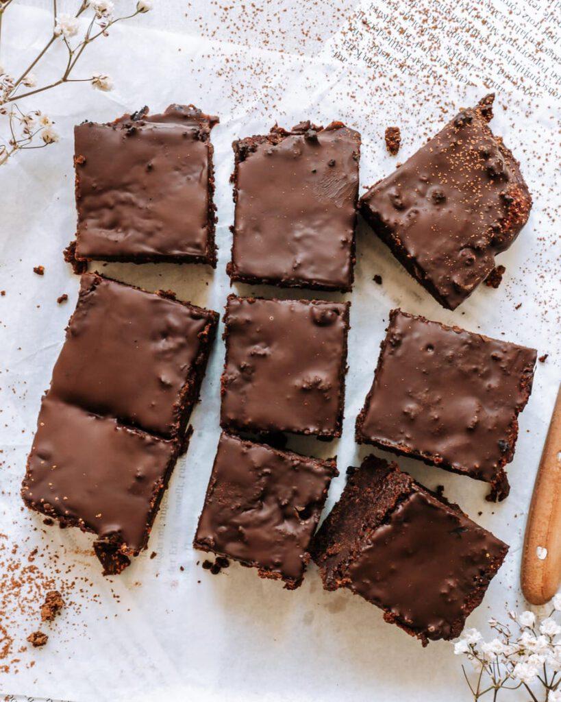 Schokoladenbrownies von oben in 9 Stücke geschnitten