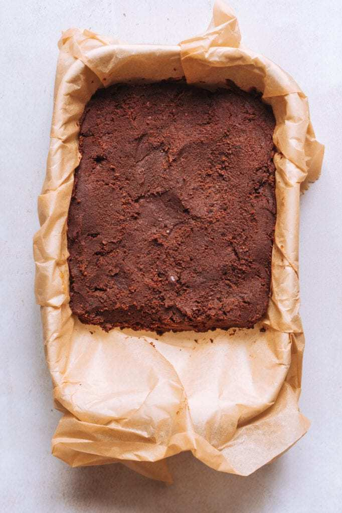 veganer Schokoladenbrownieteig in einer Backform mit Backpapier