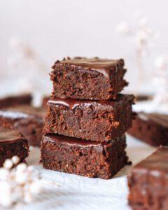 3 Stück Schokoladenbrownies übereinander zu einem Turm gestapelt